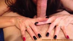 Sexy dunkelhaarige Milf genießt einen dicken Schwanz
