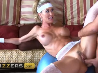 Brazzers - Fit milf Brandi Love has hard abs and loves hard cock