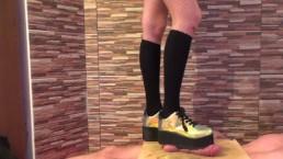 Crush polla con botas de plataforma pesada