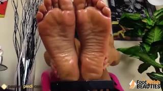La ragazza toglie le autoreggenti e si massaggia i piedi con l'olio