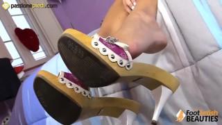 La mora si massaggia i piedi con la crema porno