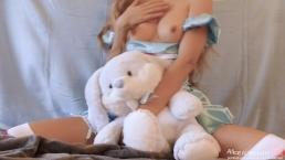L'ado Miss Alice se masturbe et aime Bunny du pays des merveilles