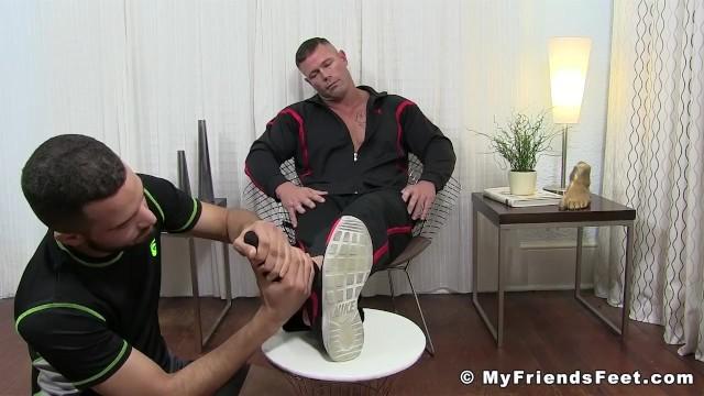 Streaming Gratis Video  Muscular pervert Joey J tongued by feet worshiper