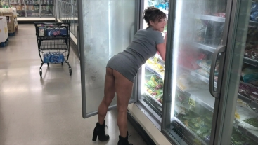 Flashing in grocery store