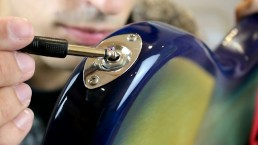 Italiaanse man duwt zijn lange zwarte kabel in haar strakke gaatje (heet)