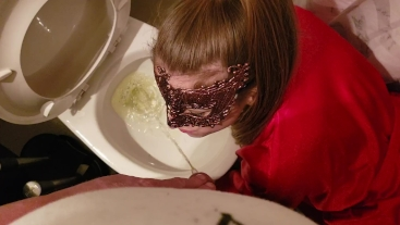 Young girlfriend put her face over the TOILET and get PISS in the mouth