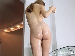 Image ¡Cubriendo mi cuerpo de Embarazada En yogur de Fresa!