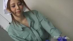 【無】美人掃除婦が小便している パート1 Maki Koizumi
