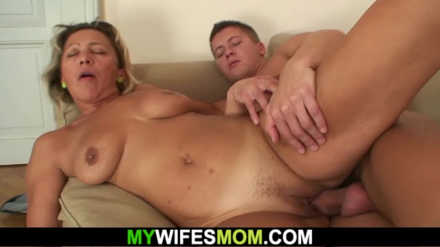 He cheating with hot girlfriends mom on the couch 27
