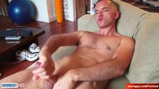 Str8 dad serviced by a guy in a porn !