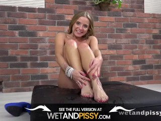 Sexy Girl Fills Her Holes While Peeing