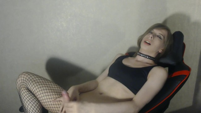 Streaming Gratis Video  Cute young shemale masturbates and suck dildo on chair