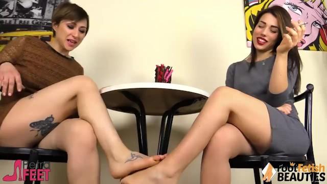 Barefeet sexy lesbian galleries foot Due lesbiche a piedi nudi si fanno piedino