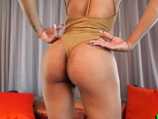 Ebony tranny babe shows off her booty...