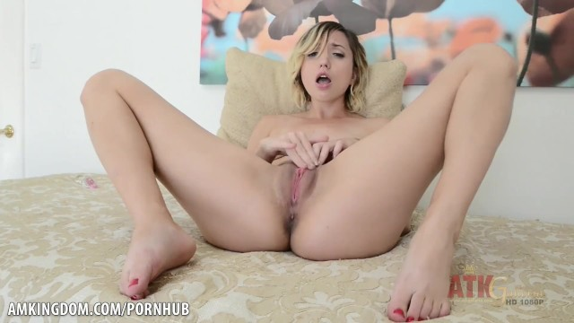 Hot chick Eliza Jane stretches her twat wide open
