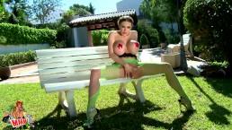 Clanddi Jinkcego desnudandose en la piscina