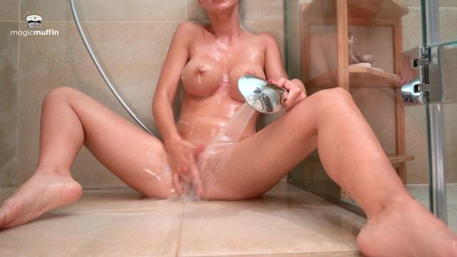 Nadržená dívka ve sprše