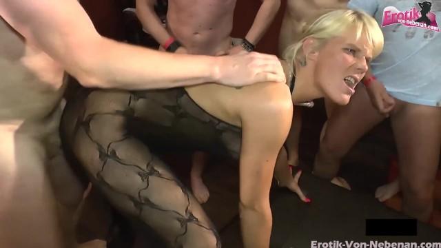 Blonde Swinger Hure in Nylons beim Gruppensex zum Orgasmus gefickt 13