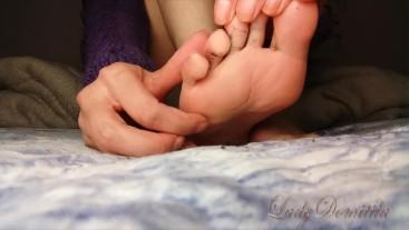 Giantess massaging her sexy feet