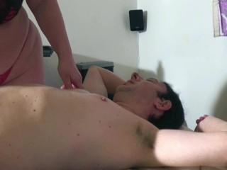 La troia matura italiana fa massaggi molto particolari. Video porno amatoriale italiano