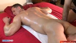 Un athlète massé par 2 mecs malgré lui ! Orgie dans son cul de rêve !