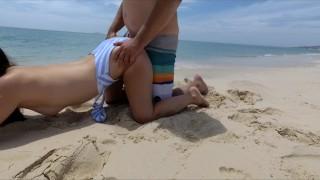 минет и секс на общественном белом пляже с горячей женой