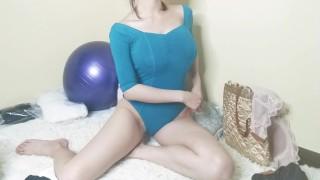 Chinese girl show you How to pee with bodysuit 小姐姐揭秘女孩穿连体衣怎么上厕所 污老师炎炎