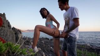 Szexi japán csaj nagy farkú pasijával dug a sziklás parton
