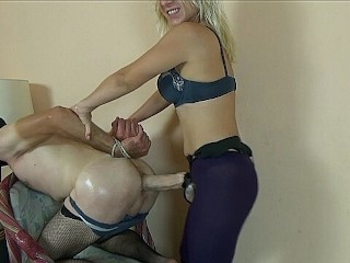 Hot Strapon Pegging guy with russian mistress in hotel (Страпонит парня)