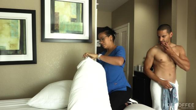 Free pr boobs - Room service empleada es seducida por huésped mientras limpiaba el cuarto