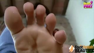 Petra toglie i calzini per farti vedere i piedi e lo smalto bianco