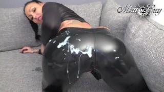 geiles Latex-Wetlook-Heels Amateur Girl von nebenan - doppelt Sperma !