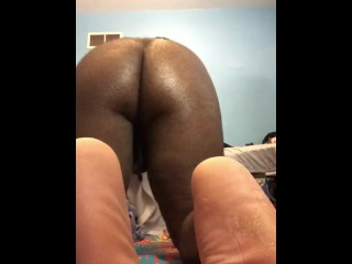 Ass shaking and fingering...