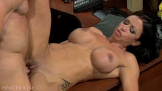 Пентхаус Milf Jewels Jade мастурбирует на работе и ее трахают