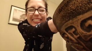 Szexi szemüveges amatőr csaj levideózza hogyan pisil