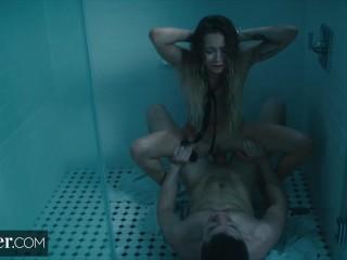 Legata nella doccia me la sbatto come una puttana in calore