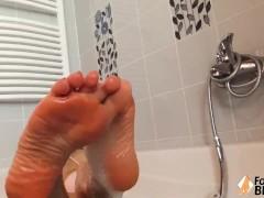 Petra ti mette i piedi in faccia mentre fa un bagno