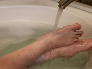 Dirty Down South- Pretty Little MILF Feet In The Bathtub