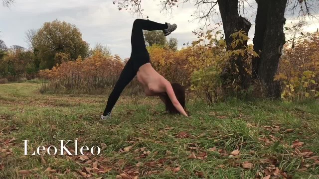 Naked women yoga - Naked outdoor training with a yoga teacher leokleo