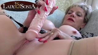 Сексуальная зрелая леди Соня щекочет свой клитор
