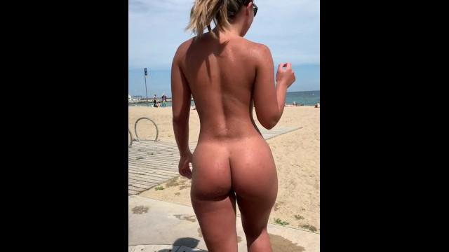 Desnuda En La Playa Tomando Una Ducha