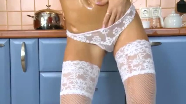 a gorgeous girl rubbed her whole body with oil 8