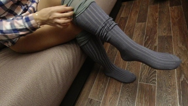 Sexy women heels on knees - Sexy girl in pantyhose dresses and show gray knee socks foot fetish