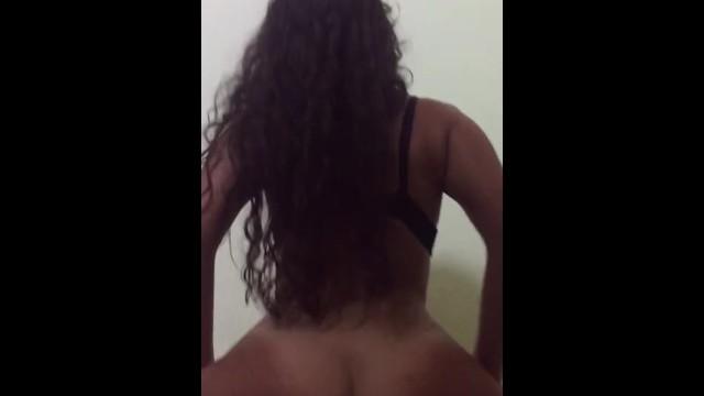 Latina con buen trasero montando verga 9