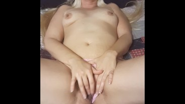 Sexy MILF Pleasures Herself Before Bedtime