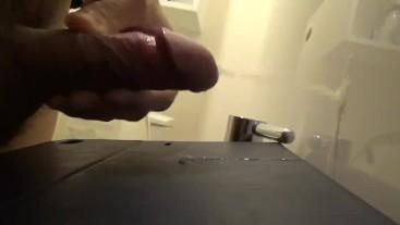 トイレにてなし崩し大量射精