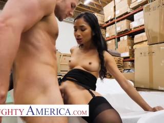 Naughty America – Avery Black seduces a married man