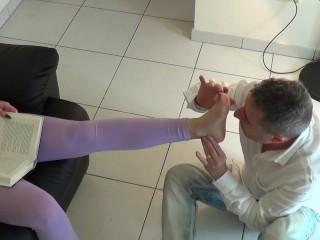 Sara Lux si fa leccare i piedi e poi piscia in bocca al suo uomo.