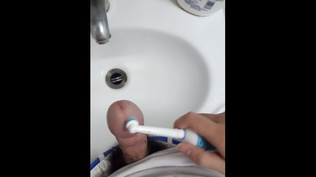 Electric penis masturbation - Massage the penis with a electric toothbrush