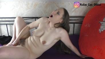 Teen mit Haarige Pussy fickt Real Dong - Ungeschnitten aus 3 Blickwinkel